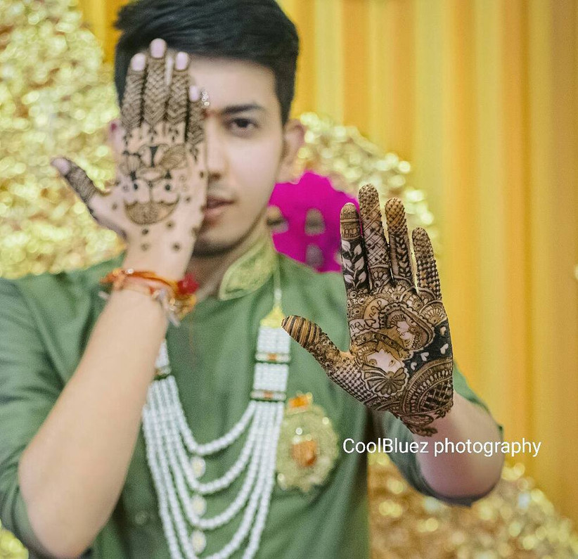 Take a look at this amazing Dulha henna design that comes with interconnected, intricate patterns.