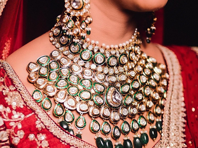 Emerald Jewellery That Adds a Dash of Colour to Your Bridal Look