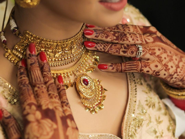 Drool-worthy Gold Sets for Brides You've Got to Get Your Hands on!