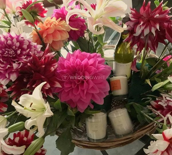 Candles and flowers gift baske