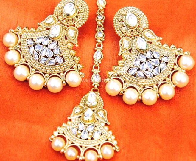 Maang tika and earrings