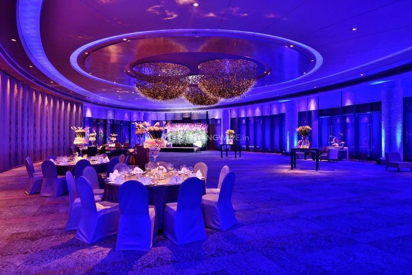 Oval room-blue theme